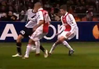 Del Piero a védők között sarkazta el a labdát
