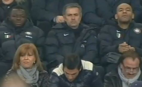 Mourinho (középen) egykedvűen ücsörög