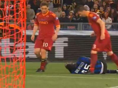 Totti csúnyán felrúgta Balotellit hátulról