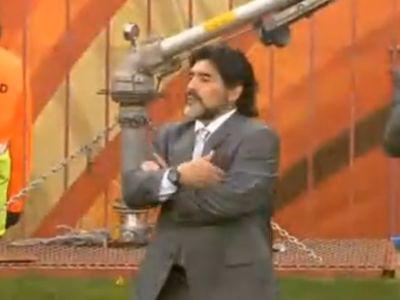 Maradona egy nyugodt pillanata a mérkőzésen. Nem sok ilyen volt