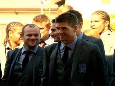 Gerrard (elöl) fegyelmezettségre int mindenkit
