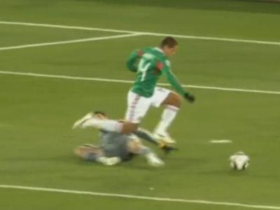 Hernandez tolta el a labdát Lloris mellette