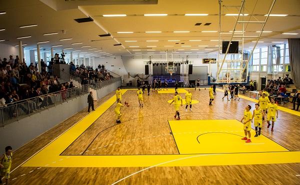 Átadták a felújított és bővített a bonyhádi sportcsarnokot